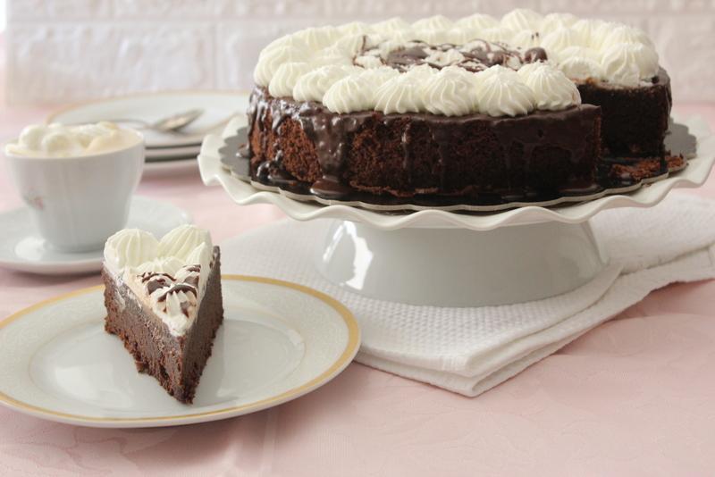 עוגת שוקולד ציפוי מריר וקצפת