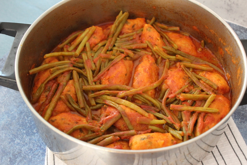 קציצות עוף ברוטב עגבניות ושעועית ירוקה