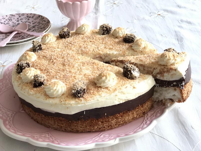 עוגת שלוש שכבות קוקוס שוקולד וקצפת