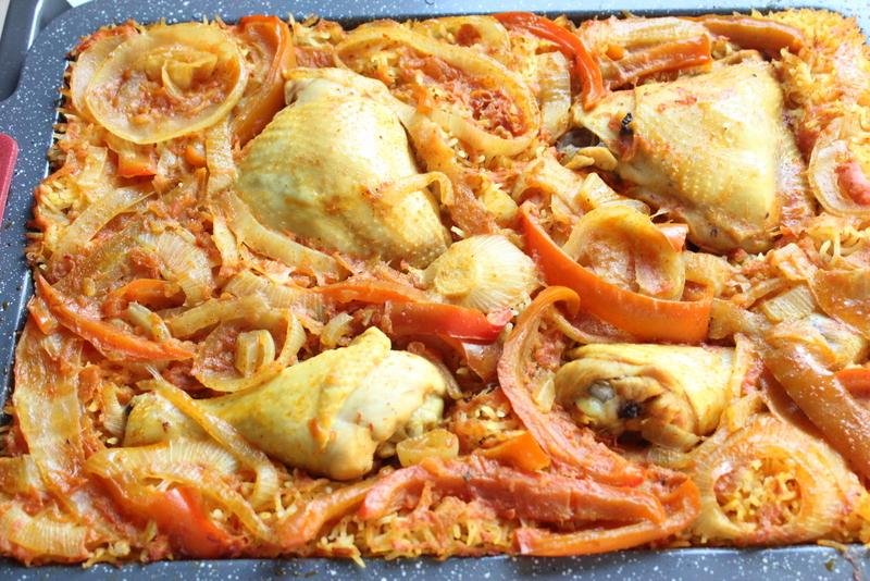 עוף על מצע של ירקות ואורז