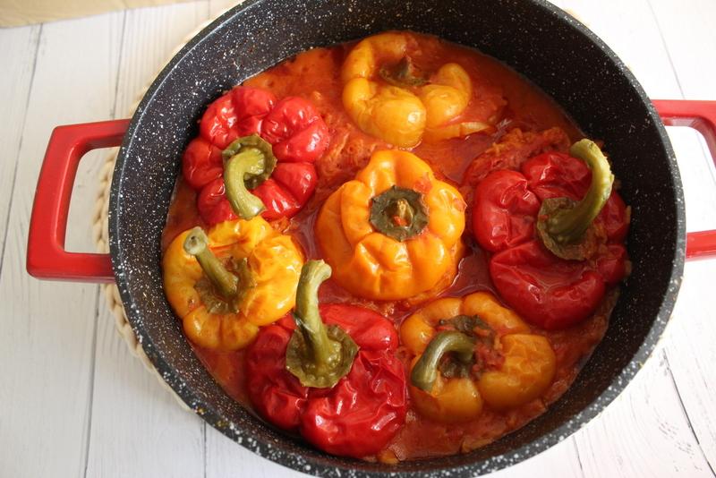 פלפלים ממולאים באורז ברוטב עגבניות