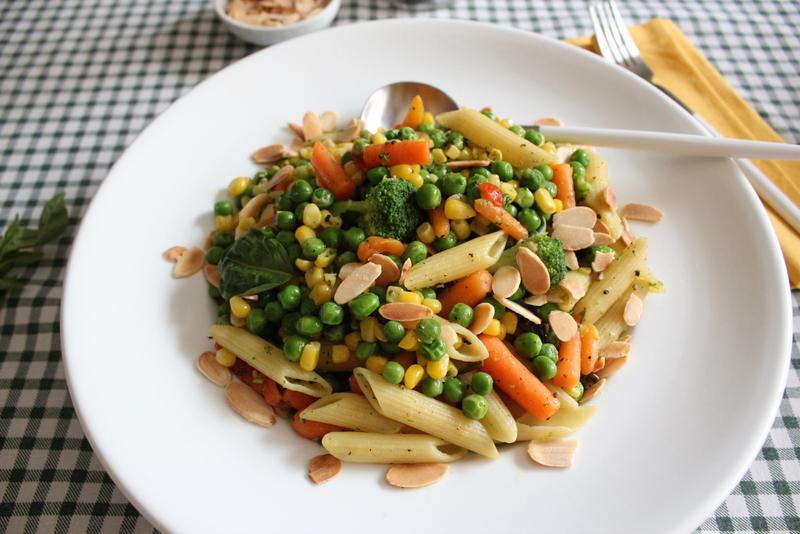 ירקות מוקפצים עם פסטה בסגנון איטלקי, עם בזיליקום, שמן זית ושקדים קלויים
