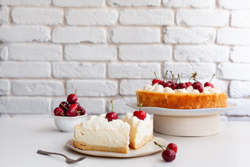 עוגת גבינה אפויה קצפת ופירות יער