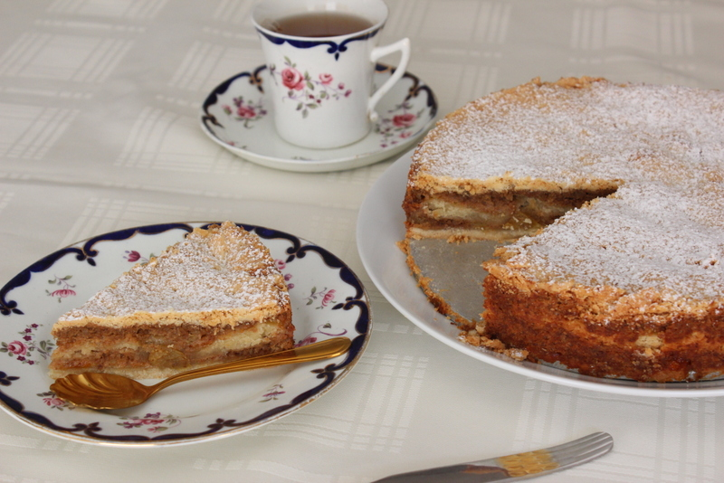 עוגת שכבות שמרים עם קרם אגוזים
